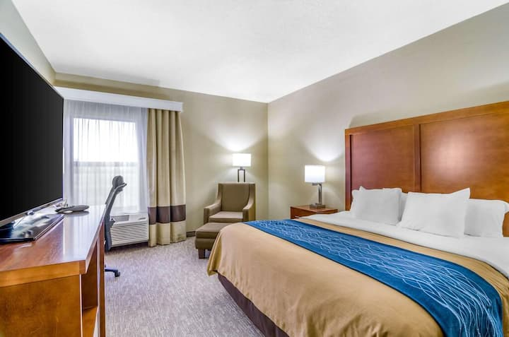 Comfort Inn Ottawa - Standard Room 1 King Bed NS