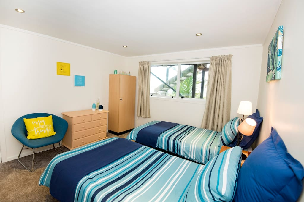 Seaview b b auckland titirangi twin bedroom bed for Bedroom furniture auckland