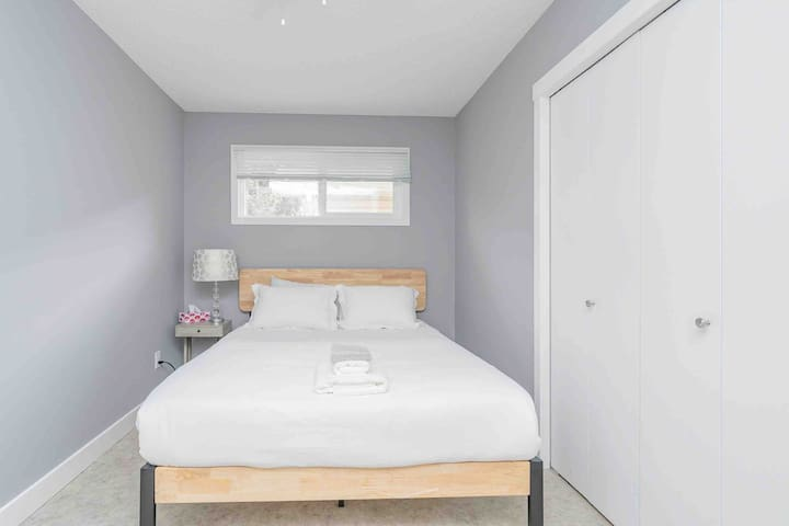 Queen Stunning Bedroom #3 Near Downtown & Malls