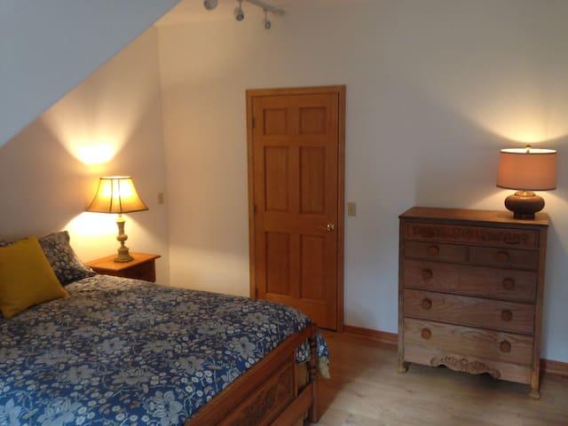Bedroom 4 - Queen bed