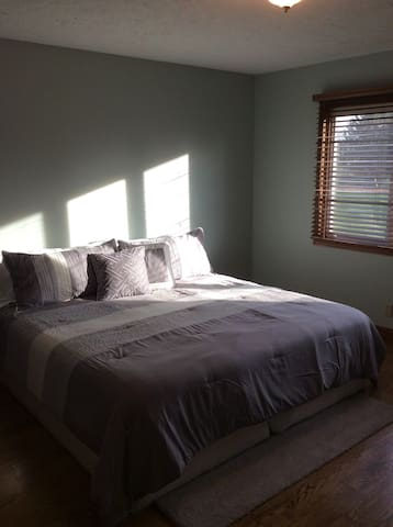 Master Suite with Private Bathroom - Grand Island - Hus