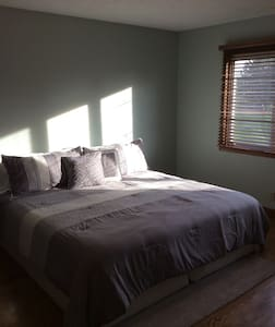 Master Suite with Private Bathroom - Grand Island - Dom