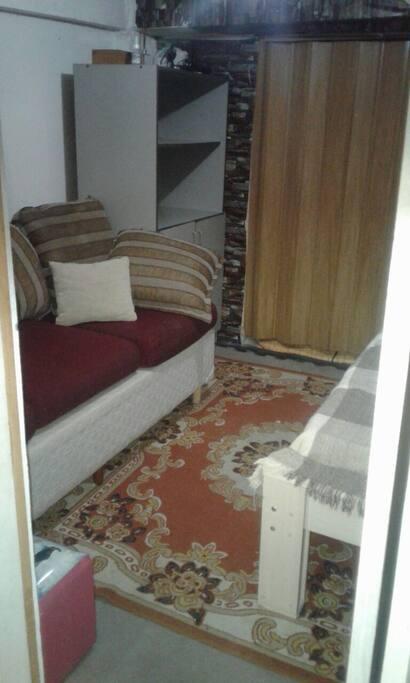 esta é camá de solteiro dentro do quarto