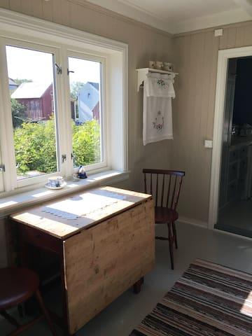 Kjøkkenbordet. Lett plass for 8 personer.