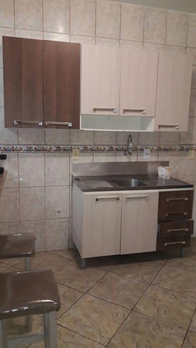 Cozinha, armários com pia.