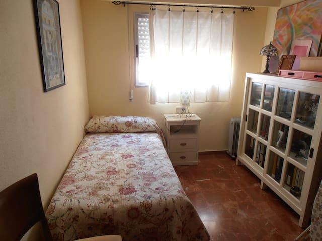 Dos habitaciones individuales en apartamento.