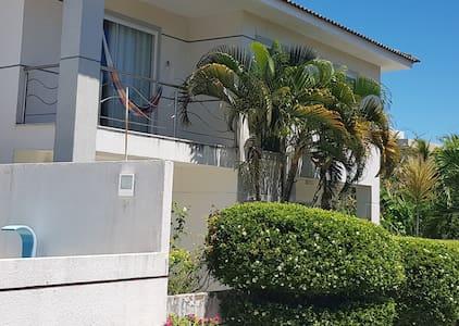 Encantadora casa em Buraquinho  vilas do Atlântico