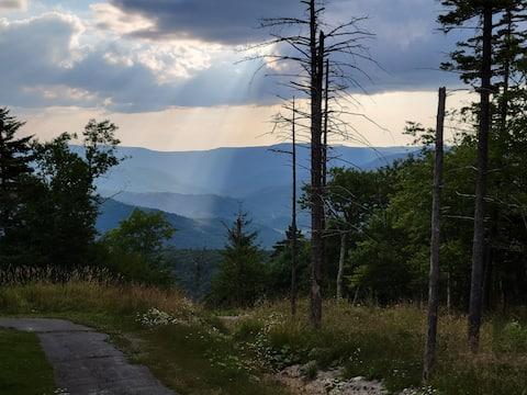 Belas vistas para a montanha ocidental perto de Village