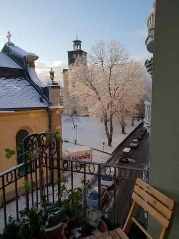 Boende med utsikt mot Olai Kyrkan och huvudgatan