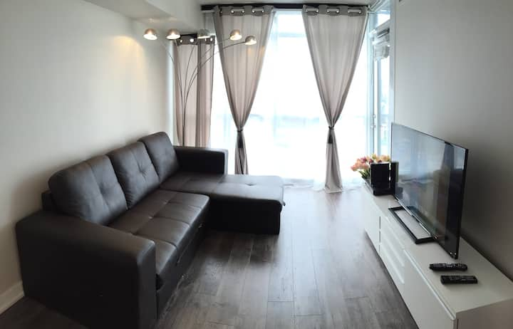 Stylish & Bright 2BR apartment in the heart of TO