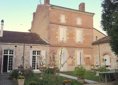 Maison 18ème avec piscine en coeur de village - Donzac - House