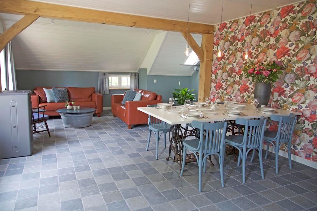 Rolstoeltoegankelijke woonkamer met vloerverwarming, pelletkachel.