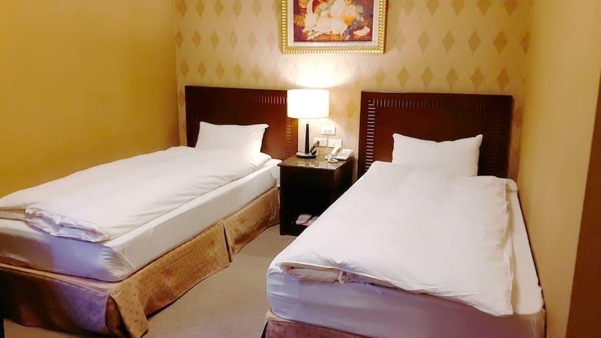 雙人二張床2人入住獨立空間含早餐.近花蓮市中心.離東大門夜市150公尺.交通便利
