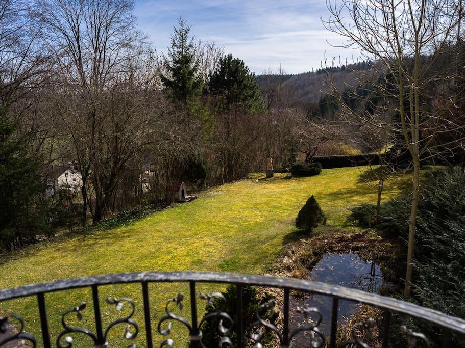 Ausblick auf Garten und Teich