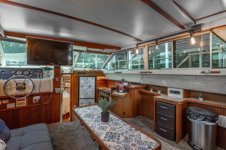 NEWLY LISTED Retro Yacht + Hot Tub (GLAMPING)
