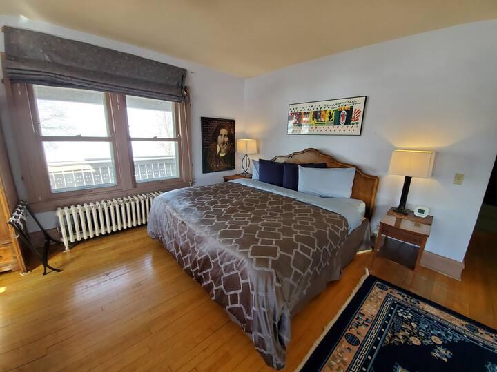 "Mendota Lake House ""Oscar Wilde"" room"