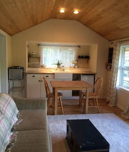 Cozy 1BR Cottage with Garden View - Victoria - Blockhütte