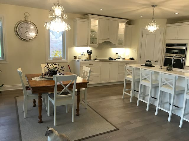 Woodsview Luxury Home - 2 Bedrooms Near Lake
