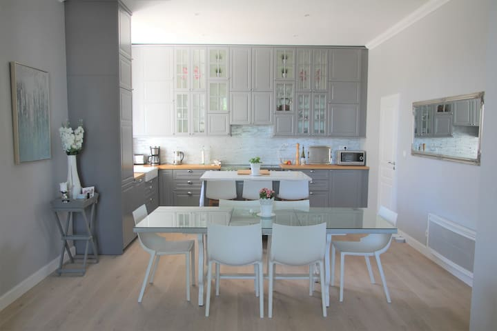 Kitchen with Range Cooker, Breakfast Bar & Dining Table