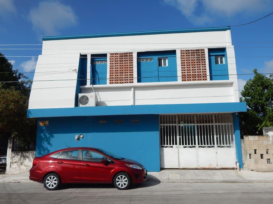 Aspecto actual del frente de Cancún Guest House y la reja blanca, es el espacio para el auto