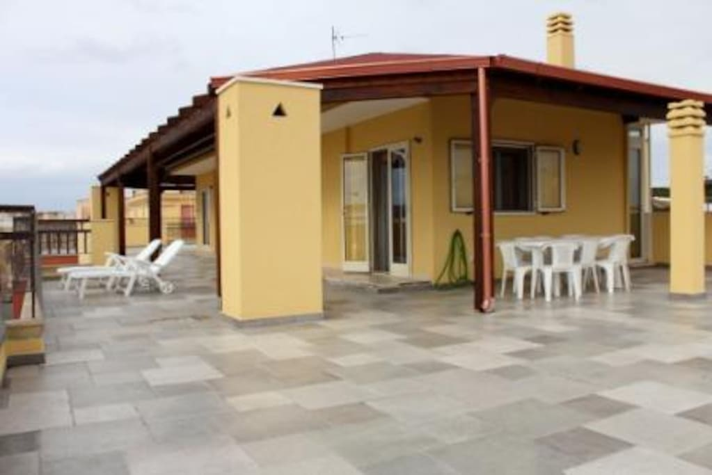 terrazza dell'attico, con tavoli per mangiare fuori