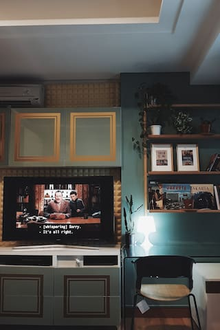 """55"""" smart tv with Netflix and Youtube, Playstation 4, phone connected  bluetooth Yamaha premium sound, with Fritzhansen high end chair"""