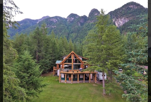 Lakefront Log Home in the Kootenays