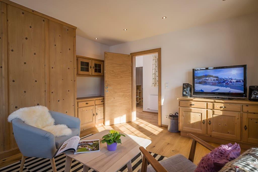 Gemütliches Wohnzimmer mit Designermöbel Cosy Livingroom with design furniture – BRAND NEW
