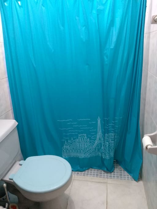Un baño completo compartido y medio baño en planta baja