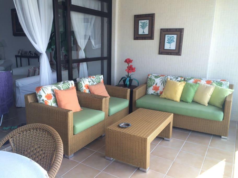 Terraço confortável com sofá e mesa para refeições