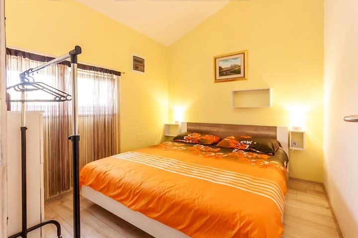 Bedroom 1: double bed 160*200cm