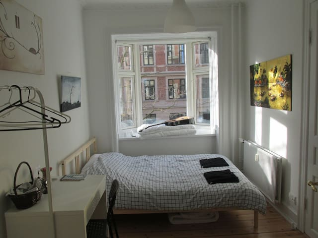 Spacious, sunny & convenient in CPH - Frederiksberg - Appartement