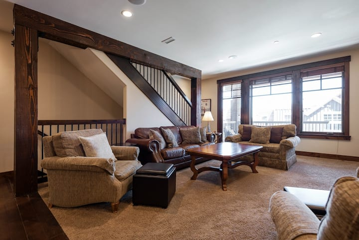 Lavish Mountain Townhome, Silver Star #504, with heated pool access and private hot tub