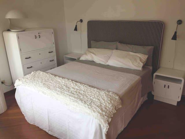 Camera con letto matrimonialen.1 con possibile culla all'occorrenza.