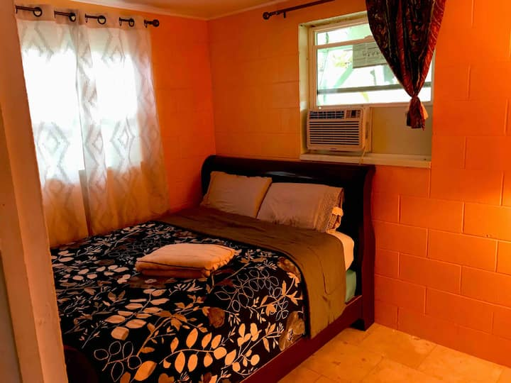 Private room with an AC at North Shore. Haleiwa
