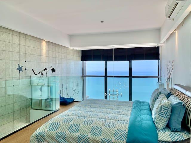 臥室: 二樓全層,玻璃扶欄,空間與景觀的極致追求    Bedroom: Upper floor with glass handrails, maximised space and view.