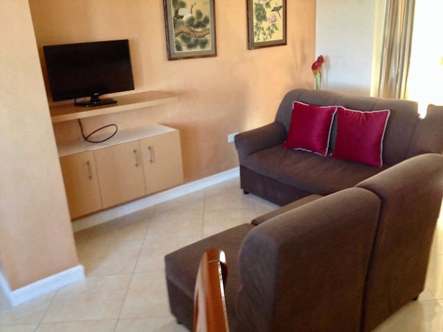 Modern 2-bedroom Apartel, Walk to John Hay (6)