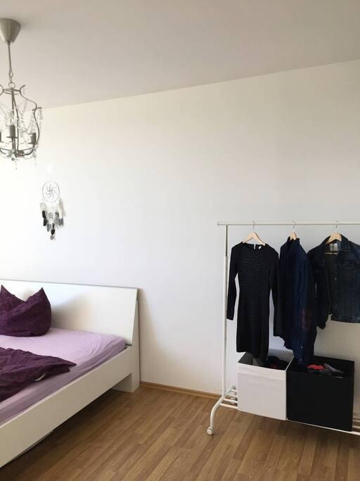 Schlafzimmer, Bett & Kleiderständer (kann genutzt werden)
