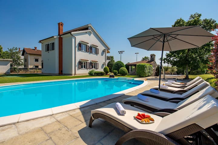 Holiday house with swimming pool