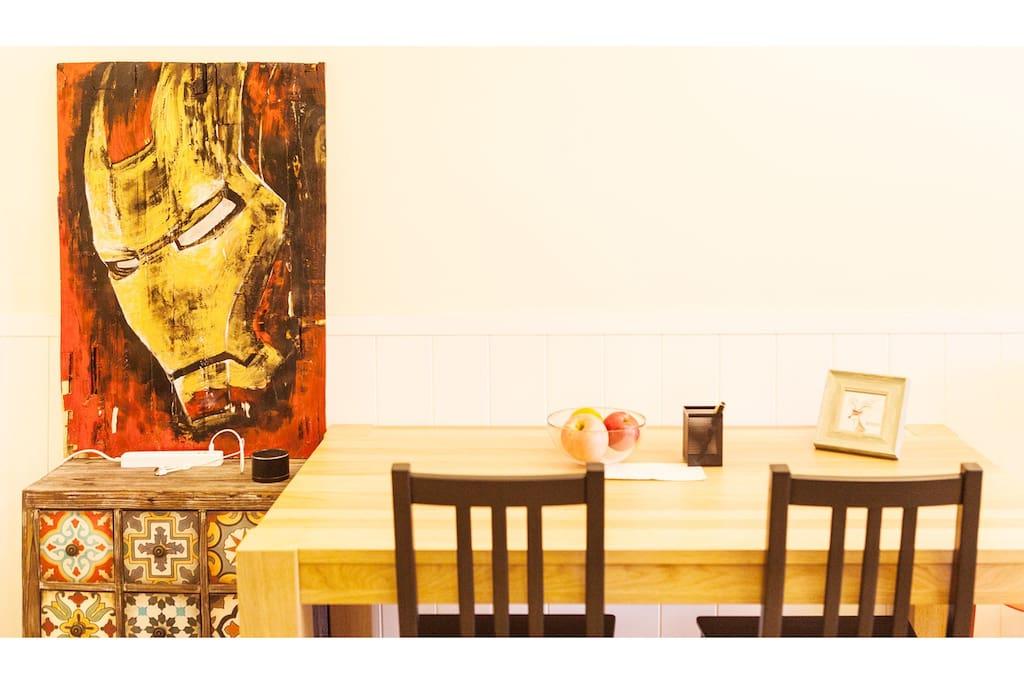 客厅餐桌,也可以用作办公