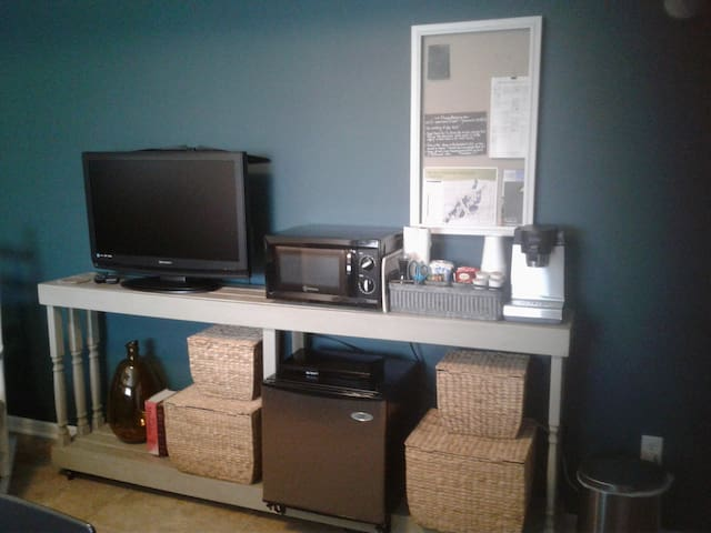 Tv (Hulu provided), mini-frig, mini-microwave, kcup coffee maker. Tea, Coffee, cream, sugar provided.