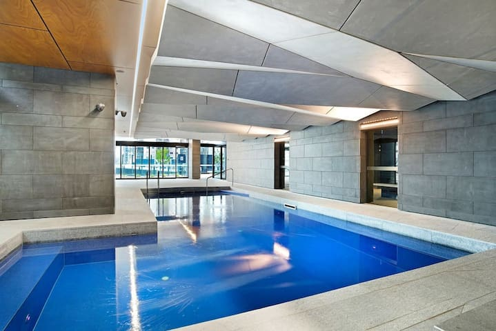 The Cottage apt in Melb CBD-  GYM POOL free tram
