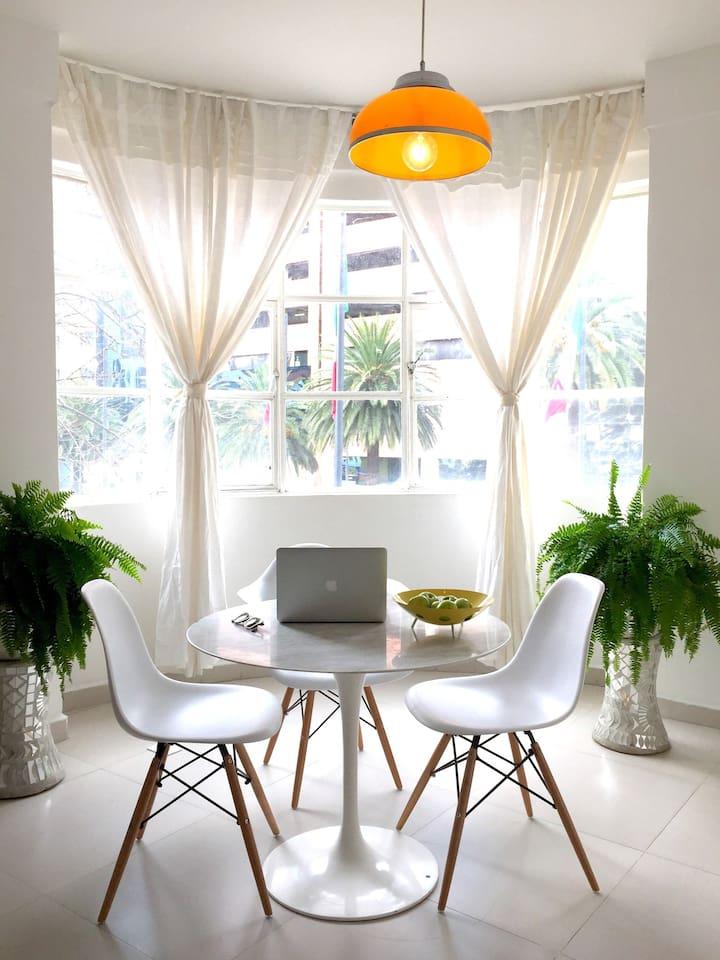 Luminoso espacio, cómodo, céntrico y muy acogedor.