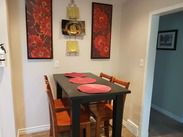 Lincoln's Red Door -  HUGE 4 BR/2 BA private APT