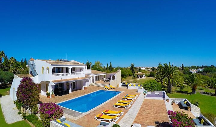 LARGE PRIVATE VILLA WITH POOL IN SPACIOUS GROUNDS