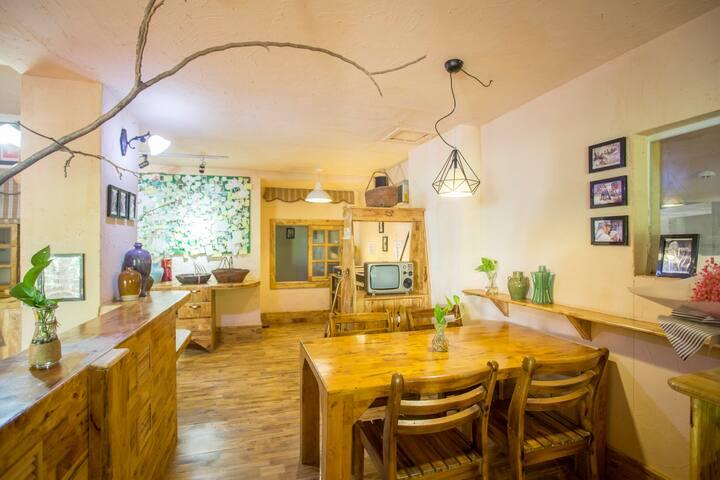 月租2000元可做饭 两房一厅/近森林公园近亚龙湾海边/玫瑰谷/班车接送/有早餐/花园小楼