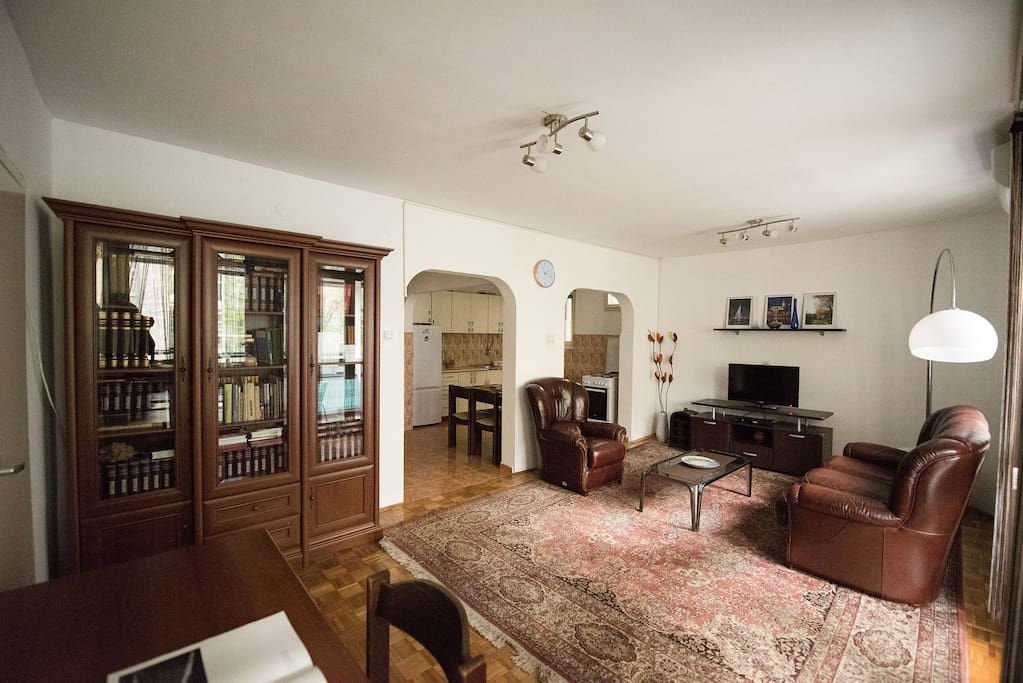 Large Livingroom with Flat TV, Leather Furniture and Work Desk