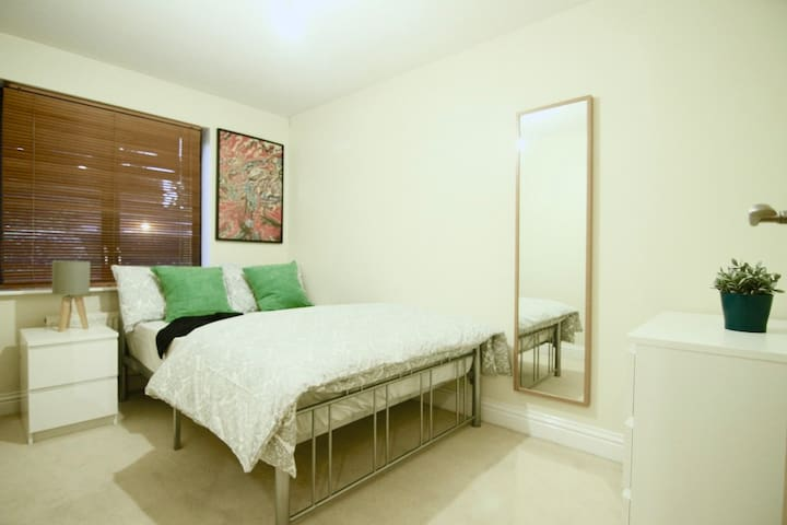 Bright double room in Holloway Road N7, (A2) - London - Flat