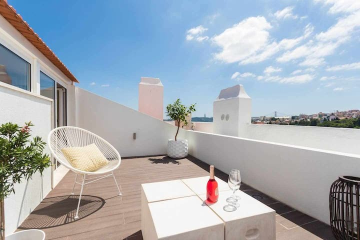 Rooftop flat with A/C, beautiful TERRACE and stunning VIEWS.