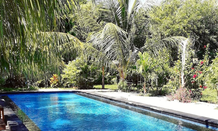 PRIVATE BUNGALOW - AC, hot water, pool, big garden